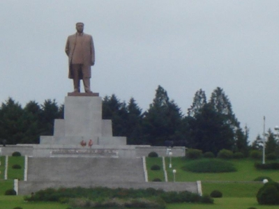 the kim-il sung statue in central kaesong